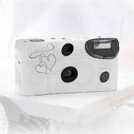 Macchina fotografica usa e getta con cuori bianca e argento