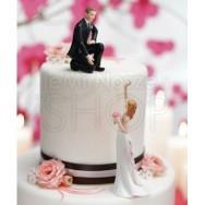 Cake topper con sposo in ginocchio