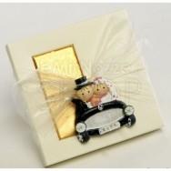 Calamita a forma di sposi in auto + 2 cioccolatini