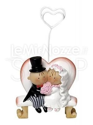 Segnatavolo a forma di sposi sulla panchina