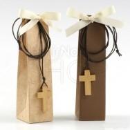 Ciondolo in legno a forma di croce con 2 cioccolatini
