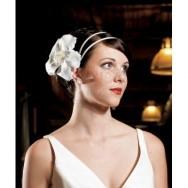 Clip per capelli con fiore bianco e interno di perle