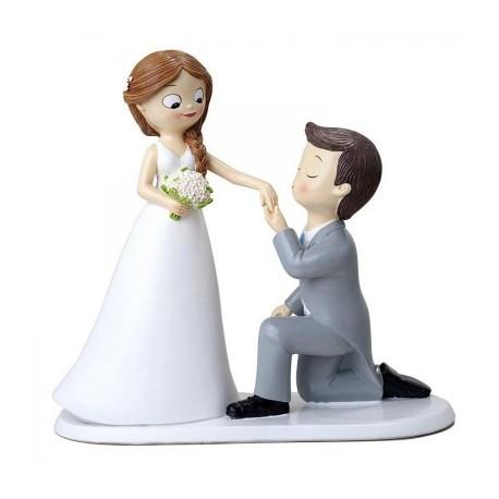 Cake topper sposo che bacia la mano della sposa
