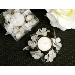 Elegante candelabro con fiori bianchi di vetro