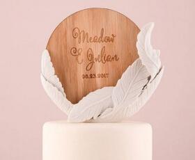 Cake topper personalizzato con piuma bianca