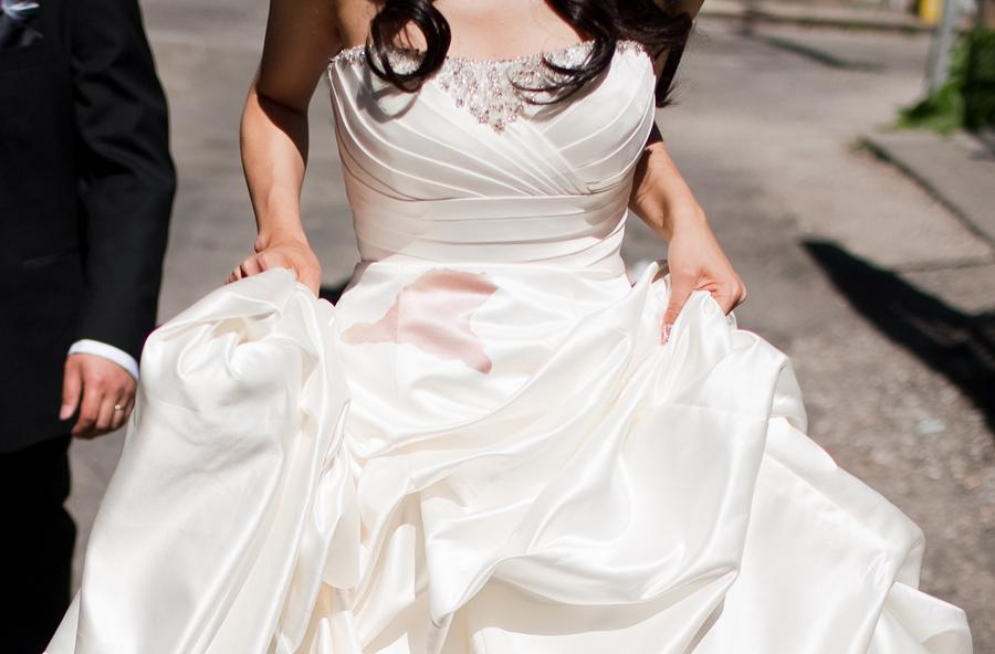 Vestito da sposa con una macchia